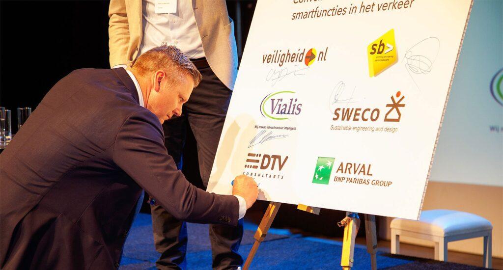 DTV Consultants tekent convenant Veilig gebruik smartfuncties in het verkeer
