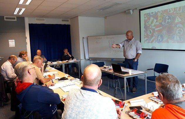 Henk Groeneveld geeft les over het juist toepassen van verkeersborden