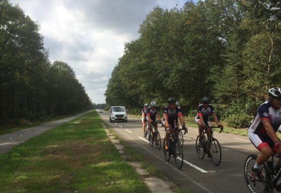Proef wielrenners op de rijbaan: fietspad heeft vaak de voorkeur