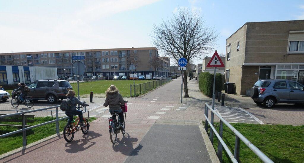 Veilig oversteken met de fiets in Velserbroek